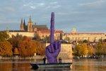 Художник показал Пражскому Граду гигантский средний палец